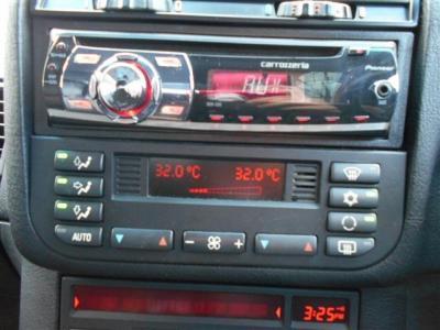 社外CDデッキに左右独立で温度調整可能なオートエアコンを装備。