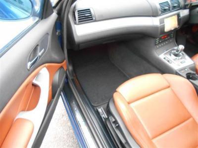 足元ゆったりな助手席にもM3専用フルレザーの電動スポーツシートが装着され、スポーツ走行時にも体包み込んでサポートしてくれます!!