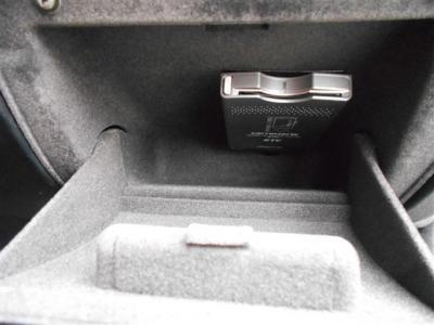 高速道路の必需品のETCは運転席側小物入れに綺麗に収納されており、カードを指しっぱなしにしても外から見えないので防犯面でもGOOD!!