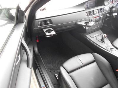 助手席も運転席同様に広々としており、M3専用スポーツシートがあなたの大事な人もしっかり包み込んでくれます。電動シートに加え、女性に嬉しいシートヒーター機能も装備してますよ。