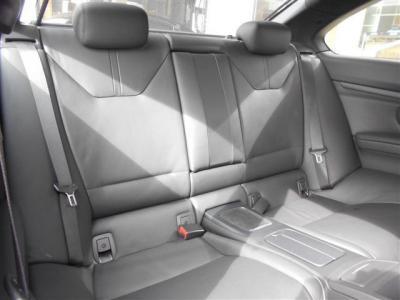 E92 M3クーペは4人乗りと割り切ることで後席空間のゆとりもかなり広く確保され、前席シートに設けられた電動スライドスイッチを使うことで後席へのアプローチも楽に行えるよう配慮がされています。