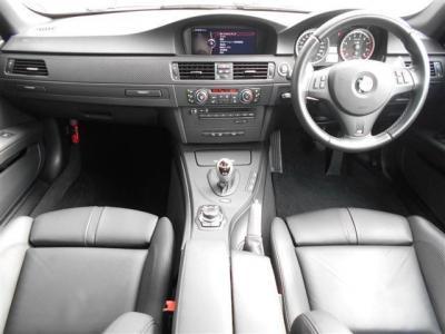 右ハンドルの車内は、ノヴィロレザーのシートとカーボン調パネルで統一されたスポーティ且つ高級感のある落ち着いた室内空間が広がります。