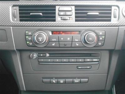 左右独立のエアコンで運転席・助手席で別々の温度、風量を調節できます!オーディオはDVDも視聴可能になりました!