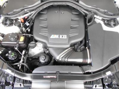 搭載されるS65エンジンユニットは4.0LV型8気筒DOHCエンジン。420ps/40.79kgf・mを発揮するレッドゾーン8000rpm以上の高回転型Mシリーズ最後のNAエンジンです!!