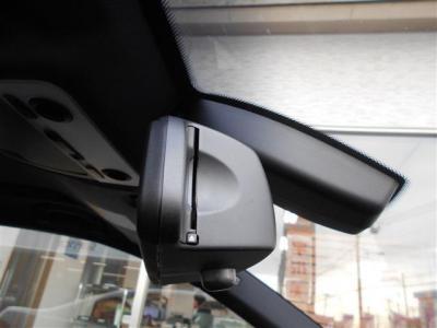 ミラー一体型の純正ETCは純正ならではの一体感。フロントガラスにはレインセンサーが装備され、雨を感知してワイパーを自動でOn/Offします。
