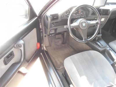 運転席シートには目立った破れや擦れは無く、前オーナーが大切に乗られてきた証拠ですね。30年以上前の車とは思えないコンディションが保たれています。