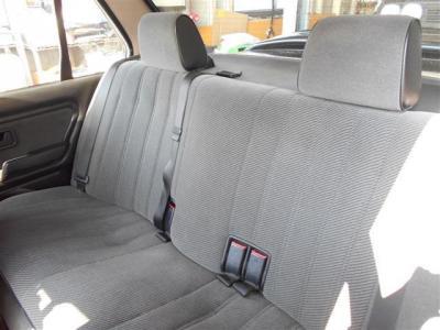 前席以上に使用感を感じさせない後席は、セダンだけあって間口の広い後ドアからのアプローチが楽に行えます。