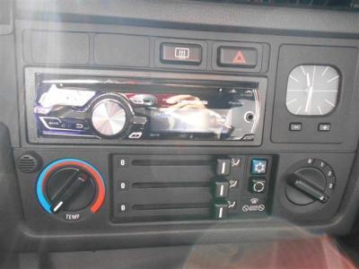 エアコンも良好、アナログ時計が雰囲気バッチリ!!ヘッドユニットは社外のCDデッキに換装されてます。
