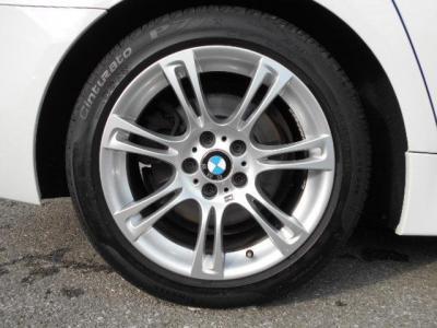 Mスポーツの足元には ダブルスポーク 350の18インチ。フロントブレーキのローター/パッドは1年前に交換済。タイヤの残り溝もまだまだ残ってますよ!!