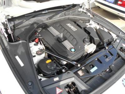搭載される3.0L直列6気筒DOHCエンジンは、最大出力258ps/6600rpm、最大トルク31.6kg・m/2600-3000rpmを発揮。BMW伝統のストレートシックスのスムーズな加速を満喫できます。