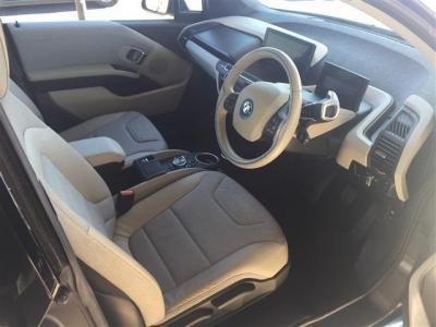 i3の室内は近未来的空間。カーボンファイバー強化樹脂むき出しのデザインも斬新的。広い運転席と視野は窮屈さを感じさせません。