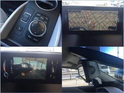 近未来的なデザインの本革ステアリング。電子式シフトレバーはステアリング横。オートクルーズ、STOP&GO機能付き自動追尾システム、前車接近警告・被害軽減ブレーキなど最新安全機能を装備。