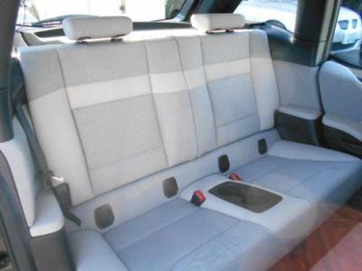 広々とした2座面の後席。中央にはカップホルダーも付いています。