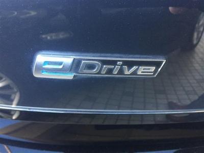 BMW eDriveシステムは出力170ps、トルク25.5kg・mを発生。シングル・ステージのギアボックスと後輪モーターからくる機敏かつ静かで滑らかな加速が楽しめます。
