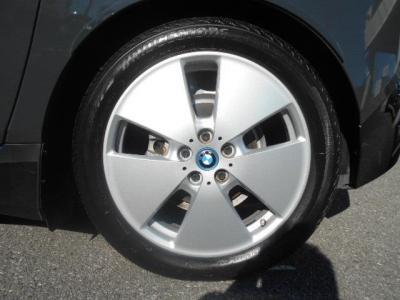 標準の19インチアルミホイールと共にi3専用に開発されたタイヤは電費と走りを見事に両立した優れもの!!