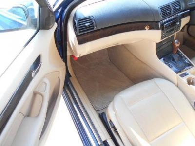 後席への乗り降りもツーリング・ワゴンだからこそ楽に行え、後席は大人でも十分くつろげる居住空間が確保されています。後席は使用感が少なく、目立ったシワや汚れはありません!
