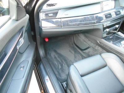 ダコタレザーの電動シートにシートヒーターの快適装備に加え「ソフト・クローズ・ドア」機能も装備しています。ドアを閉めるた際の高級感はフラッグシップならではですね。