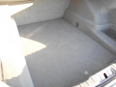 間口も広くフラッグシップに相応しい大容量なトランクのラゲッジスペース。両サイドスペースは小物の整理に便利ですよ。トランクはスイッチ動作ワンタッチで電動開閉します!!