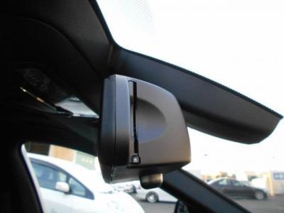 ミラー一体型のETCは流石純正と言える一体感。フロントガラスにはオートワイパー用のレインセンサーも付いています。