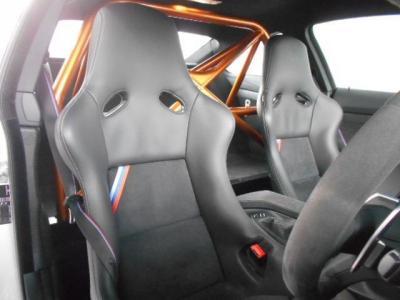 サーキットでの走行時、横転事故の際、乗員を保護するためのロールオーバー・バーがしっかりとボディと一体になっています!レカロシートはシートの裏側はカーボン製になっておりここにも軽量化が徹底されています!