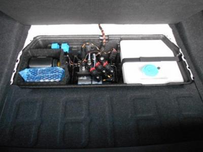トランクにはボッシュが開発した「ウォーターインジェクションシステム」を初採用したのがこのM4GTSです!エンジンの燃焼温度を下げ、高回転時にノッキングの発生を抑制する事が出来ます!