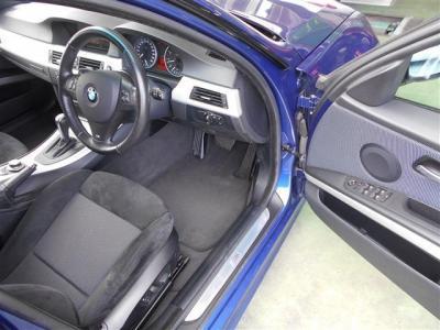 スポーティな雰囲気の車内。運転席にはアルカンターラのMスポーツ専用スポーツシート。運転席メモリー機能付きパワーシートは前後・高さと細かい調整がしやすく、電動ランバーサポートも付いてます。
