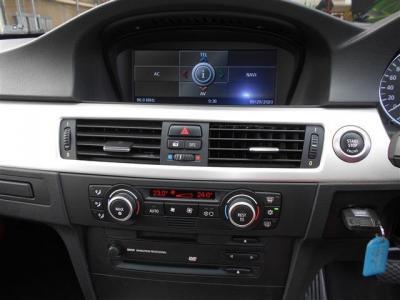 iDriveに純正HDDナビ、純正ワイドモニターは左右分割でオンボードコンピューターの情報もしっかり表示。