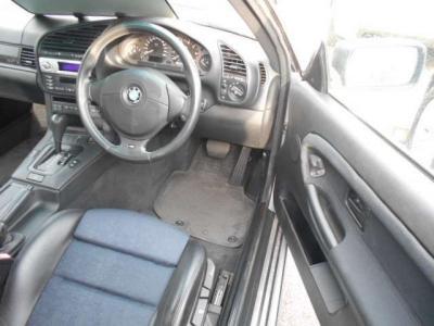 ホールド制の高いハーフレザーのスポーツシートは、手動式ですが座面の高さまで調整可能!!細かくベストな運転ポジションを設定できます!!