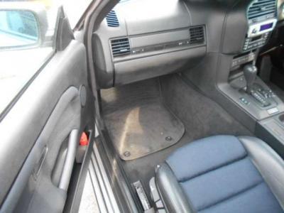 足ものとに余裕のある助手席にはエアバックが装備され、運転席と同様にハーフレザーのスポーツシートで長距離ドライブでも疲れにくいですよ!!