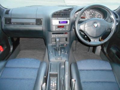 黒を基調としたハーフレザーシートの内装はまさにスポーティー&カジュアル!!運転席側に向けられたセンターコンソールがこの車の主役がドライバーであることを主張しています。