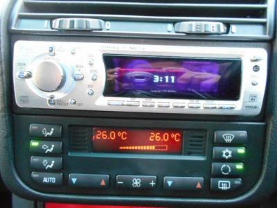 センターコンソールには1DIN サイズの社外CDプレーヤー。エアコンは左右独立式のオートエアコン。