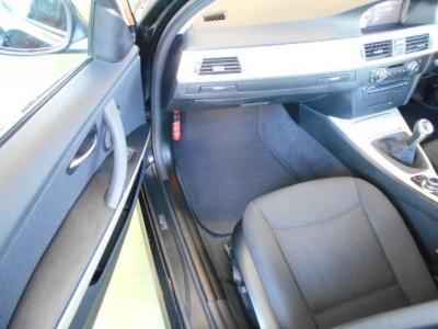足元余裕の助手席にもパワーシートを標準装備。普通のモケットシートに見えますが、ヨーロッパ車のシートは長時間のドライブでも疲れにくいですよ!!