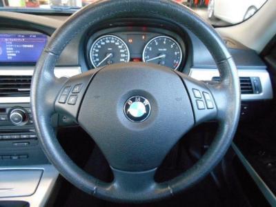 BMWの本革ステアリングは握り心地もよく、マルチファンクション付きなのでハンドルから手を離さずオーディオ操作ができます。