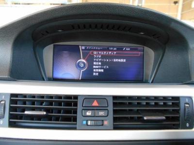 i-Driveとともに使い易くなった8.8インチワイドモニターの純正HDDナビは視認性・操作性共に向上。2画面対応ワイドモニターにはオンボードコンピューターの情報も表示させられます!!