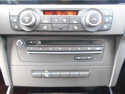 左右独立で温度調節可能なオートエアコンにDVD再生可能な純正デッキ付きです。