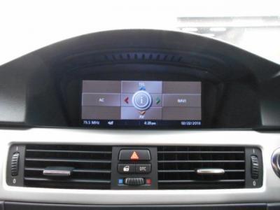 iDriveに2画面表示対応純正ワイドモニター、HDDナビを搭載しているので初めての土地でも安心。