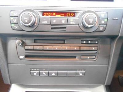 左右独立で温度調節可能なオートエアコンに、自然な音質が楽しめるCD/MDの純正デッキ。ひじ掛けの下には小物入れの他に携帯音楽プレイヤー接続用のAUX端子が装備されています。