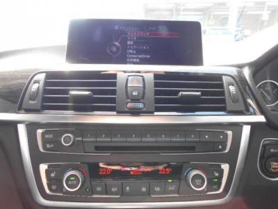 純正CD/DVDのシングルデッキに左右独立で温度調整可能なオートエアコン。iDriveにHDDナビ、ミュージックサーバー機能も兼ね備えています。
