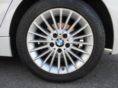 ラグジュアリーモデル専用の17インチアルミホイール!タイヤも交換したばかりでまだまだ走行可能です!