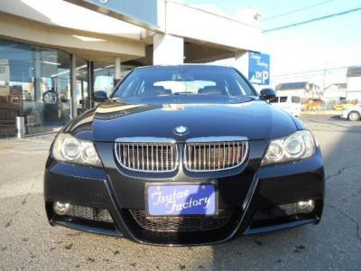 人気色ブラックサファイヤのE90型325i Mスポーツ。★ご購入後のメンテナンスも元BMW正規ディーラーメカニック多数在籍の「つたえファクトリーに」お任せ下さい!「http://tsutae-factory.com」