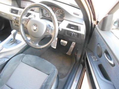余裕のある運転席には本革のMスポーツ専用スポーツシート。運転席メモリー機能付きパワーシートは前後・高さと細かい調整がしやすく、電動ランバーサポートも付いてます。