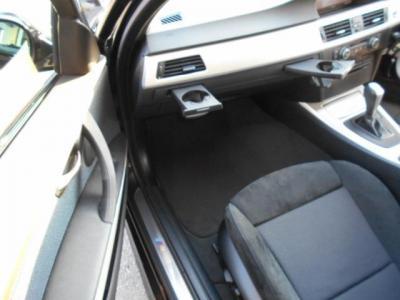 助手席足元ゆったりパワーシート、ダッシュボードにはドリンクホルダーが隠れています。使わない時はスッキリとしています。前席にはシートヒーターも装備され一度使うと手放せません!!