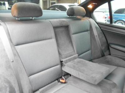後席への乗り降りもセダンだから楽に行え、後席は大人でも十分くつろげる居住空間が確保されています。大人二人なら十分くつろげる居住空間を確保した後部座席