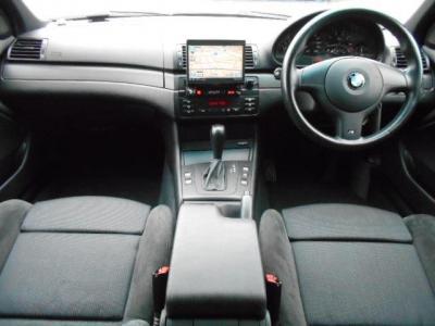 運転席、助手席を合わせた6エアバックとABS、ASC(アクティブ・スタビリティ・コントロール)で安全対策もバッチリ!!センターコンソールには前席用のカップホルダーが付いています。ひじ掛けの中は小物入れになっ