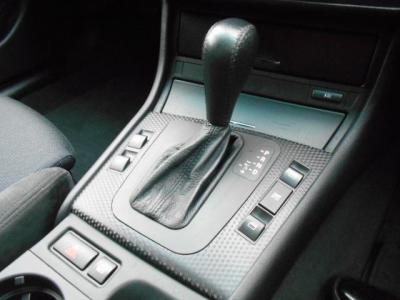ステップトロニック機能付き5ATは、マニュアルモード切替でシフトレバーの前後操作でシフトチェンジが可能。マニュアル車のようにシフト操作を楽しめますよ!!