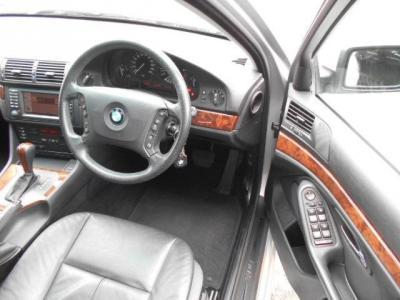 黒革の高級感あるゆとりの有るスペースの運転席はメモリー機能付き電動シートで、運転ポジションを無段階に調整できます。