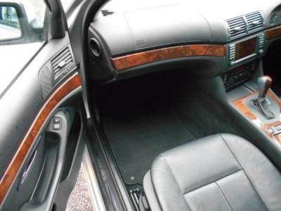 足元にも余裕がある助手席にはロングドライブでもゆったりくつろげる空間が広がっています。助手席にももちろんシートヒーターが備わっています!