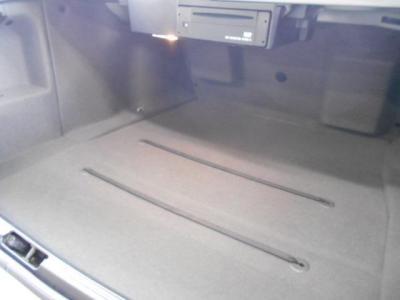 間口の広いトランクルームはセダンとしては十分な460Lの容量。