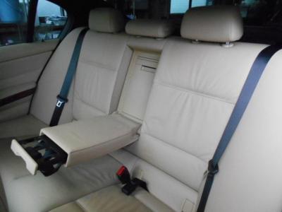 流石セダン、間口の広い後席は乗り降りしやすく、足元もゆったりで後席用エアコン吹き出し口やドリンクホルダーも付いてます!!