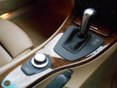ステップトロニック付きの6ATは、ステアリングのパドルと同様にシフト操作をマニュアルで行なえます。335iのビックパワーをマニュアル車ライクに堪能できますよ!!。